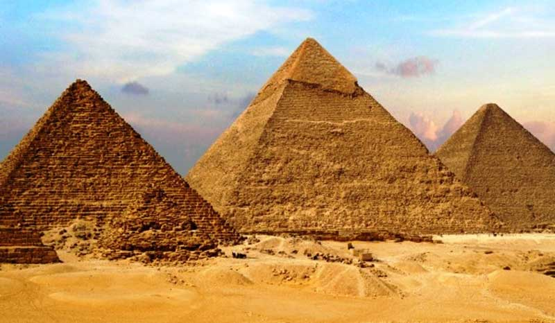 the-great-pyramid-in-necropolis-from-left-to-right-menkaure-khafre-khufu.